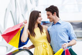 Happy young couple shopping — Stockfoto