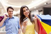 Pareja joven de compras — Foto de Stock