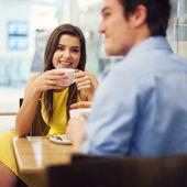Paar genieten van een kopje koffie — Stockfoto