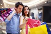 Lyckliga paret tittar på en ny skjorta — Stockfoto