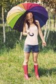Mujer en día lluvioso de verano — Foto de Stock