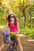 Mulher bonita se divertir durante a ciclagem — Foto Stock