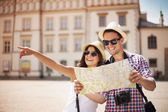 Happy tourist sightseeing city with map — Fotografia Stock