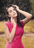 Sexy vrouw in zomer regendruppel — Stockfoto
