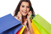 いっぱい買い物袋の幸せな女 — ストック写真