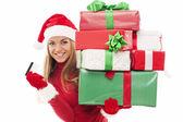 Vrouw met kerstcadeaus en credit card — Stockfoto