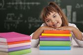 Szczęśliwy uczennica opierając się na jej książki — Zdjęcie stockowe