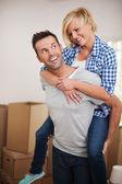 Man plockar upp sin fru i sitt nya hem — Stockfoto