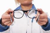 Geven nieuwe bril van een optometrist — Stockfoto