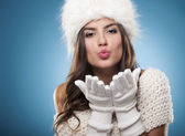 Hermosa joven soplando besos — Foto de Stock