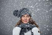美丽的年轻女子享有第一场雪 — 图库照片