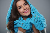 Belle femme portant foulard bleu grand — Photo