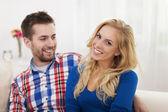 Casal sorridente na sala de estar — Fotografia Stock