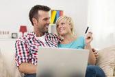 Couple with laptop and credit card — Stockfoto