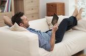 Uomo con tavoletta digitale — Foto Stock