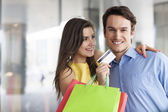 Couple with credit card — Stock Photo