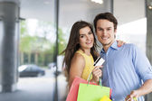 Couple which loves shopping — Stock Photo