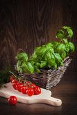 まな板の上のトマト — ストック写真