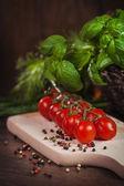 Twig tomatoes and fresh herbs — ストック写真