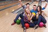 Group of friends in bowling alley — Stock Photo