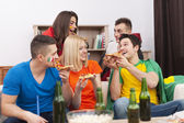 People eating pizza — Foto Stock