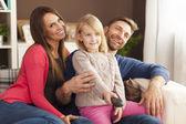 Rodina doma dívat na televizi — Stock fotografie