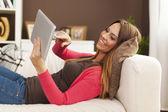 Mulher com tablet digital — Foto Stock
