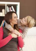 Mãe e filha em casa — Fotografia Stock