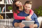 Pár pomocí digitálních tablet — Stock fotografie