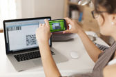 Paying bills by scanning qr code — Stockfoto