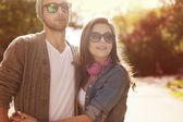 Embracing couple in sunlight — Stockfoto