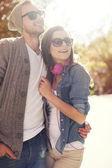 Casal em dia ensolarado — Foto Stock
