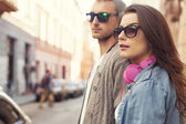 Hipster couple in the street — Stockfoto