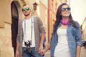 Couple walking in the city — Stockfoto
