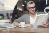 Hipster man reading book — Stockfoto