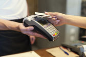 Customer paying by credit card — ストック写真