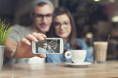 Coppia presa selfie Café — Foto Stock
