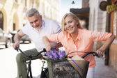 Couple cycling in the city — Stock Photo