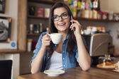 Ung kvinna talar med mobiltelefon — Stockfoto