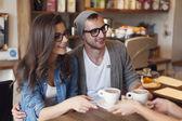 Módní pár přijímající šálek kávy — Stock fotografie