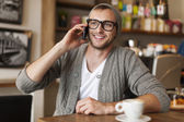 Mężczyzna rozmawia przez telefon komórkowy — Zdjęcie stockowe