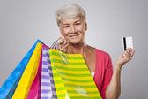 Mulher sênior com sacos de compras — Fotografia Stock