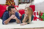 пара на время рождества с подарками — Стоковое фото