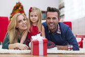 молодая семья на рождество — Стоковое фото