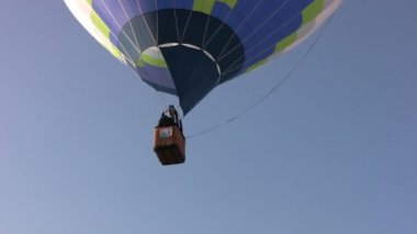 Hot air balloons soars — Stock Video