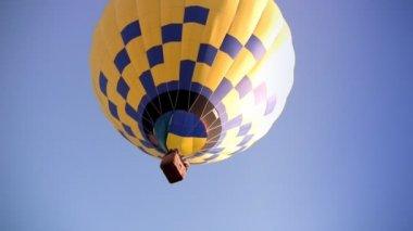 Yellow-blue Hot Air Balloon — Stock Video