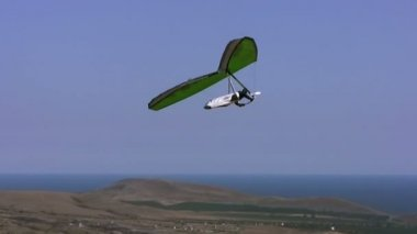 Hangglider in the blue sky — Stock Video
