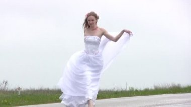 Bride comes on the road — Stock Video