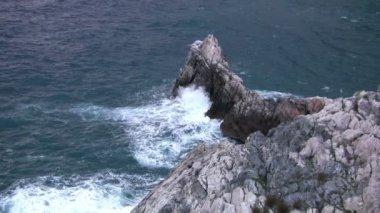 Surfować na skałach — Wideo stockowe