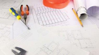 Disordine creativo sulla scrivania dell'architetto — Video Stock